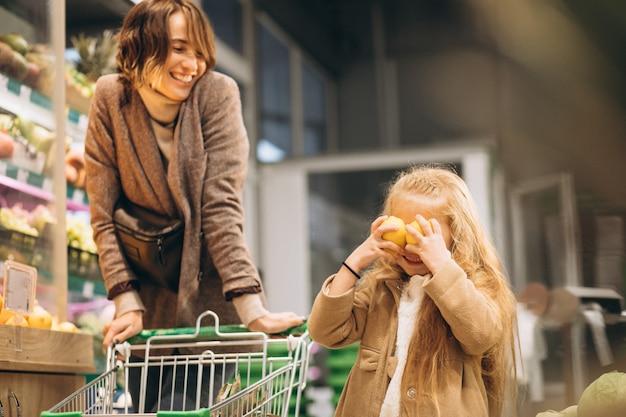 Mutter mit tochter in einem lebensmittelgeschäft Kostenlose Fotos