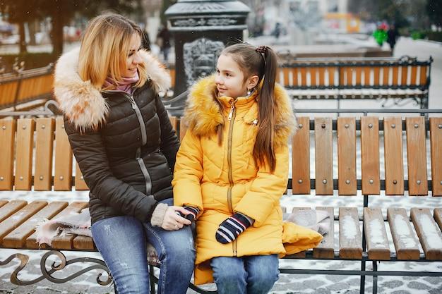 Mutter mit tochter in einem park Kostenlose Fotos