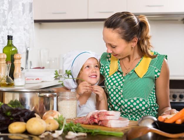Mutter mit tochter kochen Kostenlose Fotos