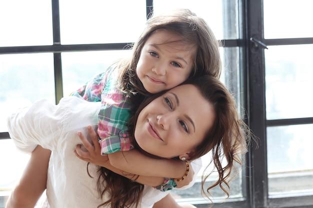 Mutter mit tochter posiert Kostenlose Fotos