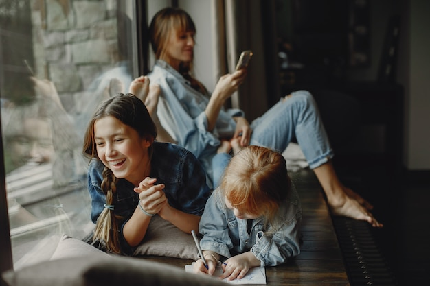 Mutter mit töchtern zu hause Kostenlose Fotos