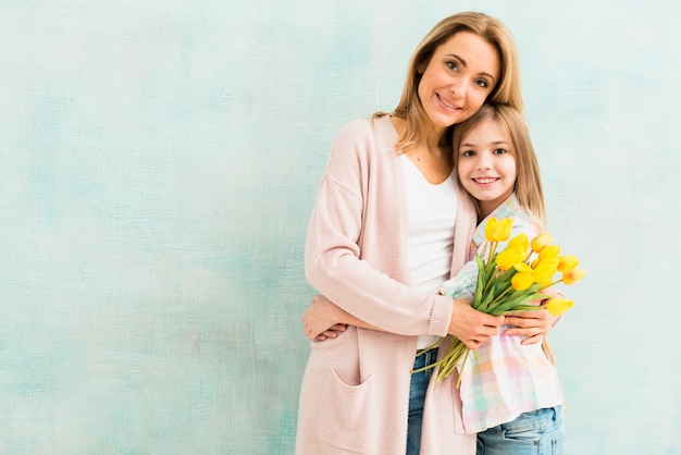 Mutter mit tulpen und tochter umarmen Kostenlose Fotos
