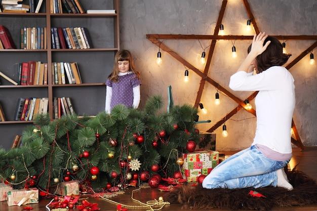 Mutter schockierte, dass tochter den weihnachtsbaum zerstörte Premium Fotos