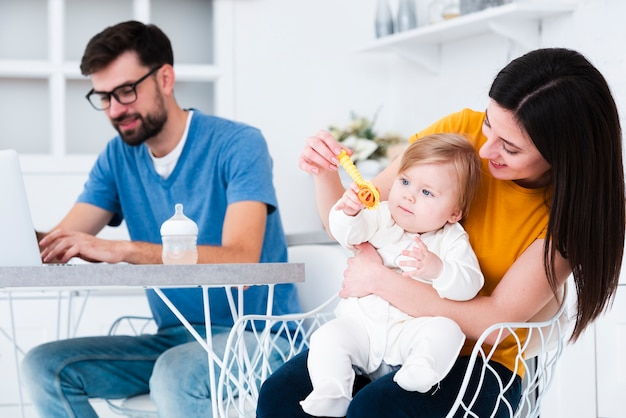 Mutter spielt mit baby und spielzeug Kostenlose Fotos