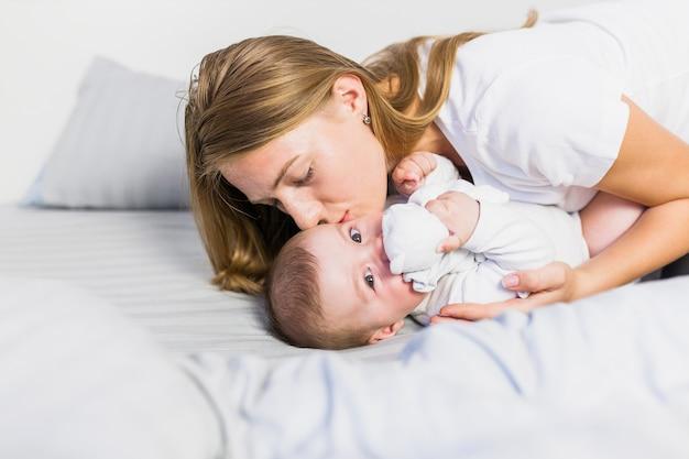 Mutter spielt mit ihrem baby Kostenlose Fotos