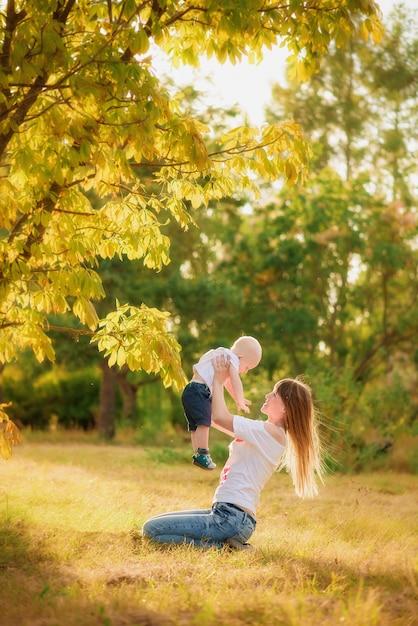 Mutter und kind im herbstwaldspiel Premium Fotos