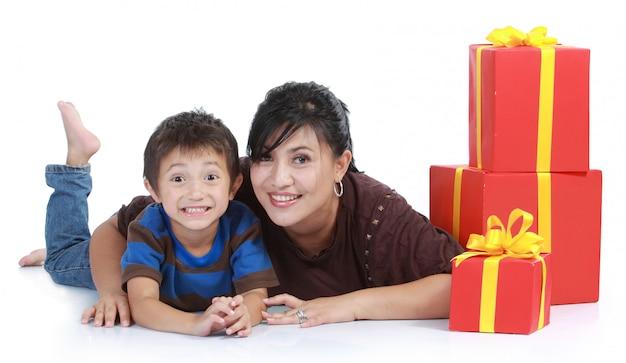 Mutter und kind mit einem stapel geschenk. Premium Fotos