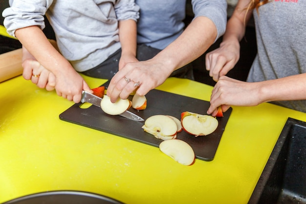 Mutter und kinder, die in der küche kochen und spaß haben Premium Fotos