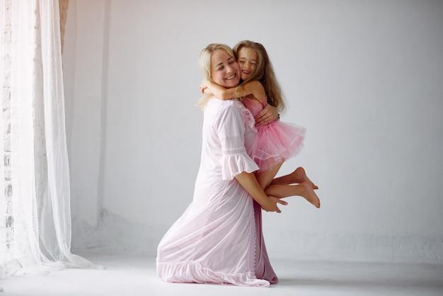 Mutter und kleine tochter haben spaß zu hause Kostenlose Fotos
