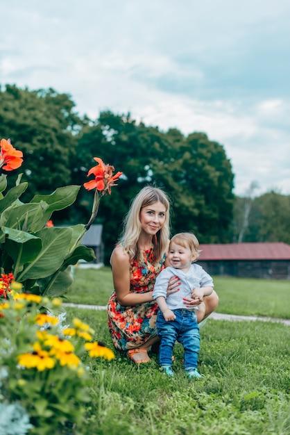 Mutter und sohn beobachten blumen Premium Fotos