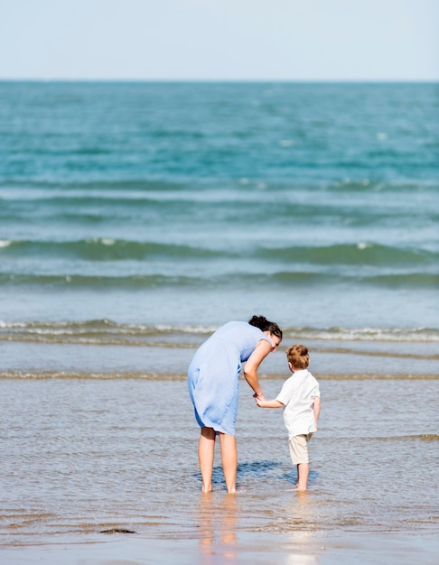 Mutter und sohn, die am strand kühlen Kostenlose Fotos