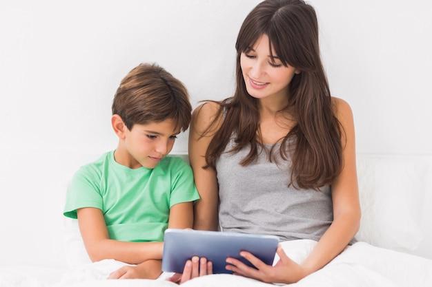 Mutter und sohn, die tabletten-pc verwenden Premium Fotos
