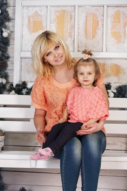 Mutter und tochter auf der veranda dekoriert Premium Fotos