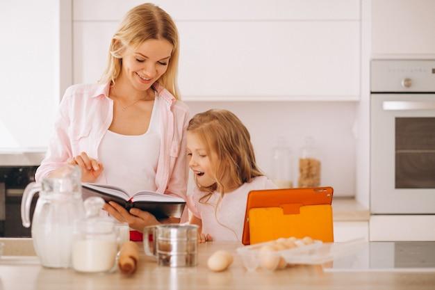 Mutter und tochter, die an der küche backen Kostenlose Fotos