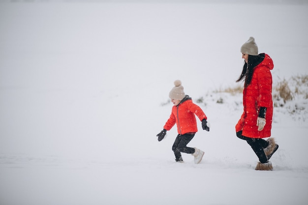 Mutter und tochter, die im winterpark spielen Kostenlose Fotos
