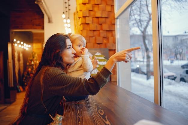 Mutter und tochter, die in einem café sitzen Kostenlose Fotos