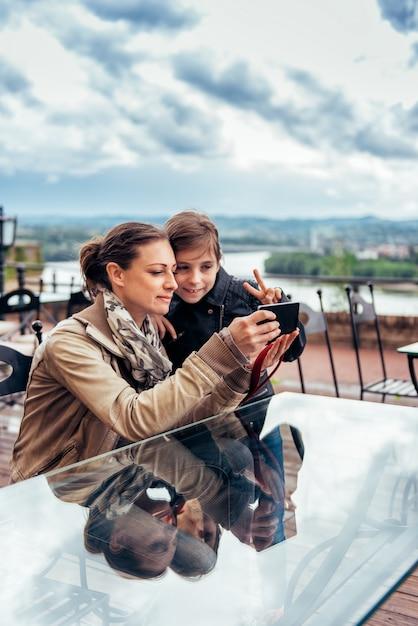 Mutter und tochter, die selfie nehmen Premium Fotos