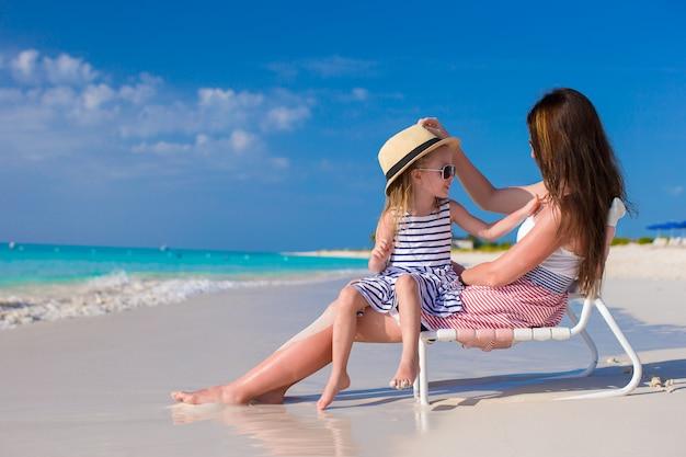 Mutter und tochter, die spaß am tropischen strand haben Premium Fotos