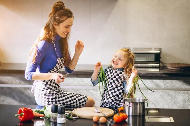 Mutter und tochter, die zu hause kochen Premium Fotos