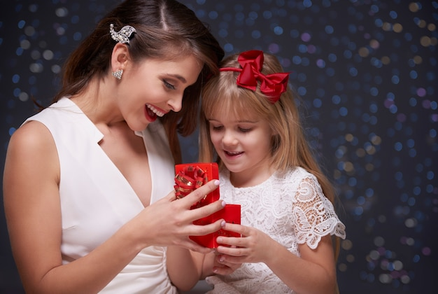 Mutter und tochter eröffnen gemeinsam geschenk Kostenlose Fotos
