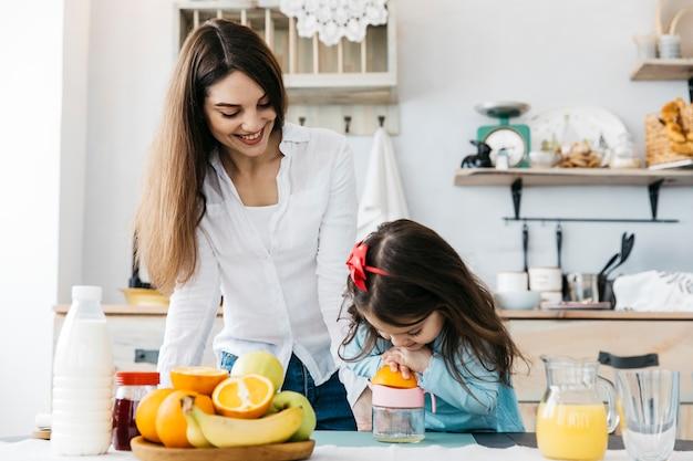 Mutter und tochter frühstücken Kostenlose Fotos