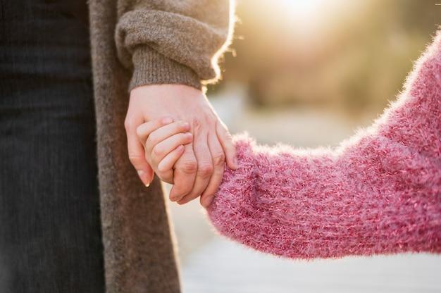 Mutter und tochter händchen haltend Kostenlose Fotos