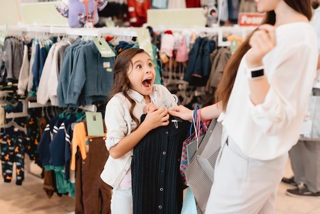 Mutter und tochter im einkaufszentrum Premium Fotos