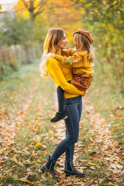 Mutter und tochter im park voller blätter Kostenlose Fotos