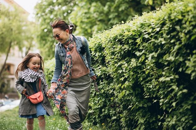 Mutter und tochter im park Kostenlose Fotos
