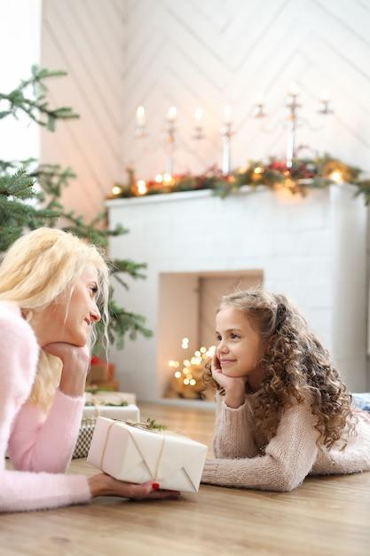 Mutter und tochter im weihnachtlich dekorierten wohnzimmer Kostenlose Fotos