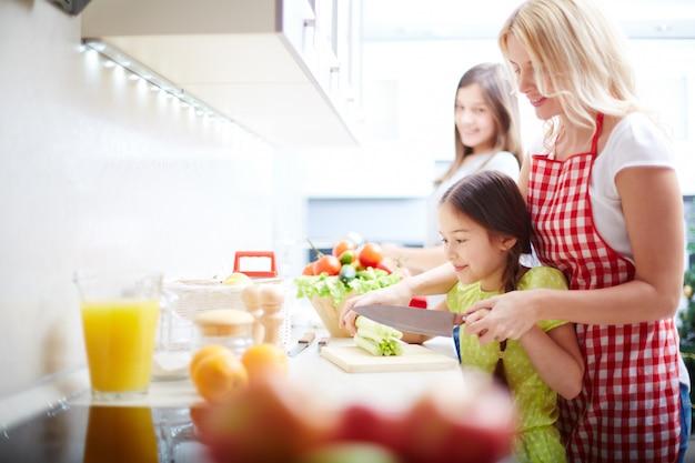 Mutter und Tochter in der Küche kochen Kostenlose Fotos