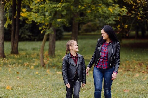 Mutter und tochter in einem park Kostenlose Fotos