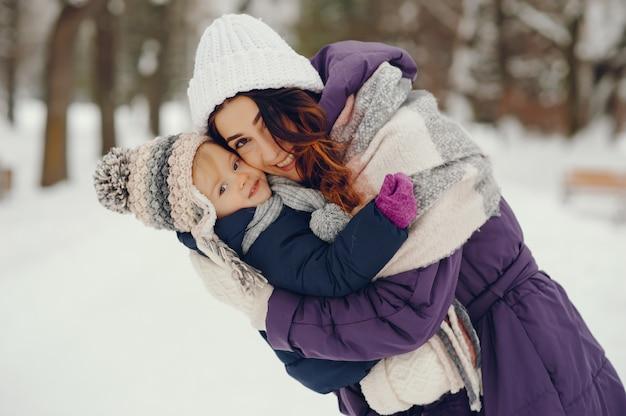 Mutter und tochter in einem winterpark Kostenlose Fotos