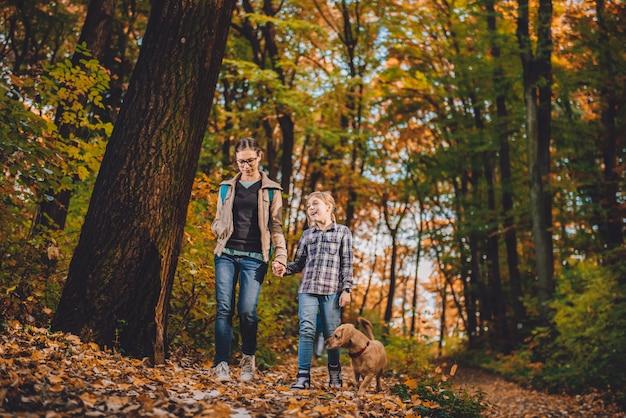 Mutter und tochter mit dem hundewandern Premium Fotos