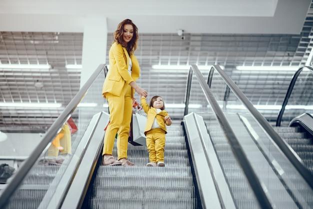Mutter und tochter mit einkaufstasche Kostenlose Fotos