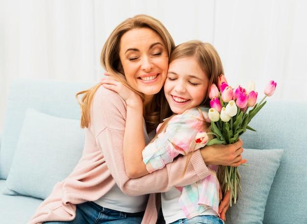 Mutter und tochter mit zufriedenem gesicht umarmen Kostenlose Fotos