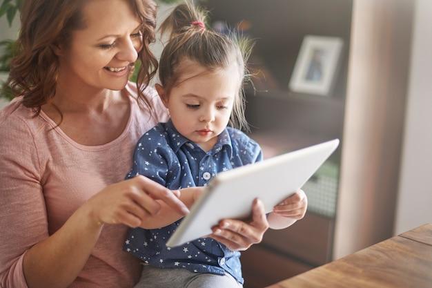Mutter und tochter schauen sich gemeinsam videos an Kostenlose Fotos