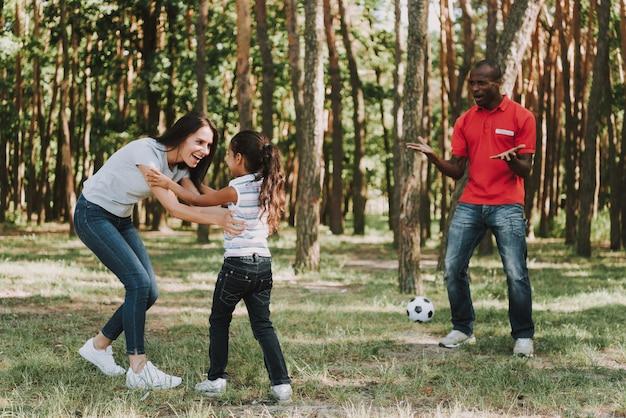Mutter und tochter schlugen vater im fußball. Premium Fotos