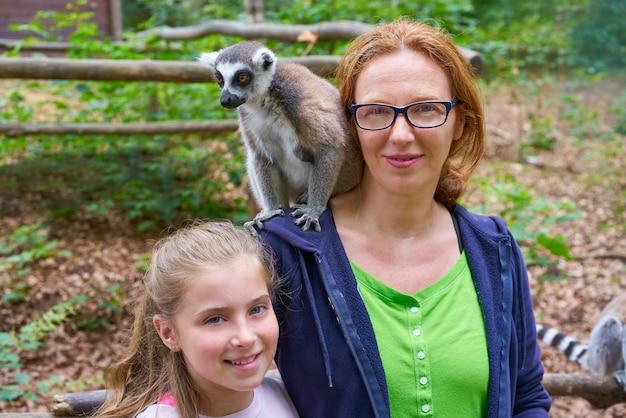 Mutter und tochter spaß mit ring tailed lemur Premium Fotos
