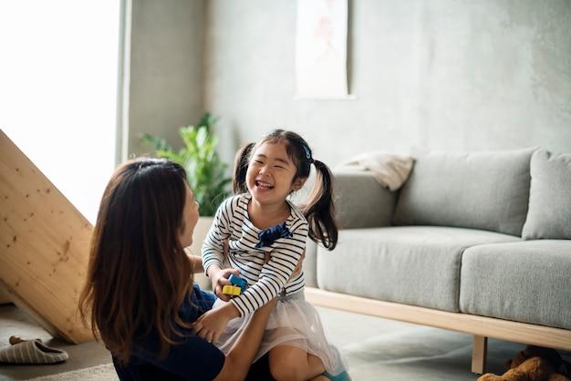 Mutter und tochter spielen zusammen Premium Fotos