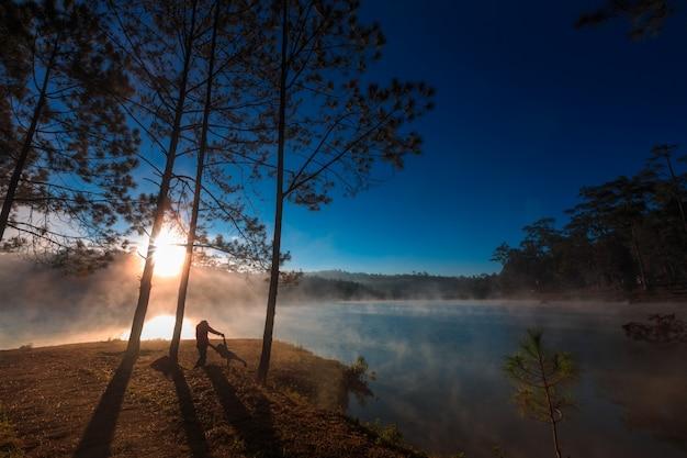 Mutter und tochter unter dem kiefernwald am morgen um Premium Fotos