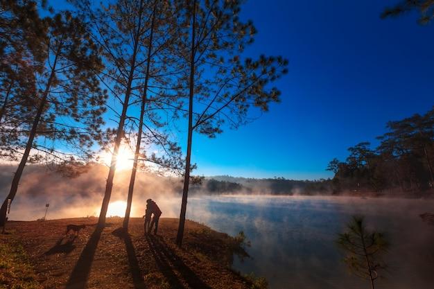 Mutter und tochter unter dem kiefernwald am morgen Premium Fotos
