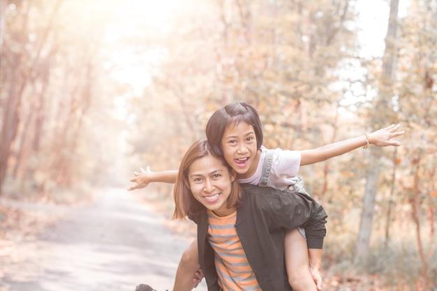 Mutter- und tochterdoppelpolfahrt mit mama Premium Fotos