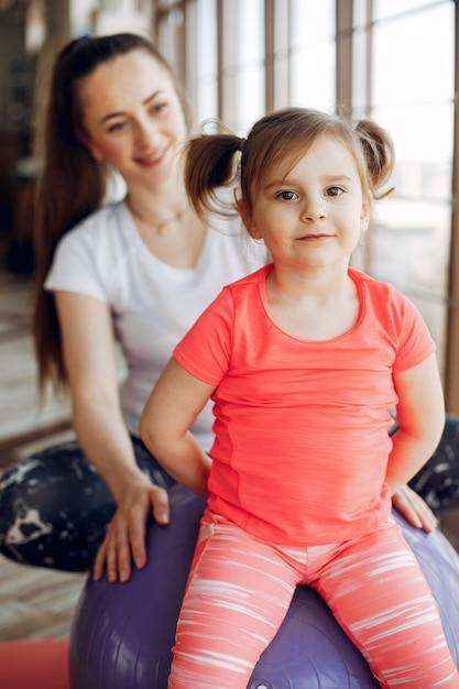 Mutter- und tochtertraining in einer turnhalle Kostenlose Fotos