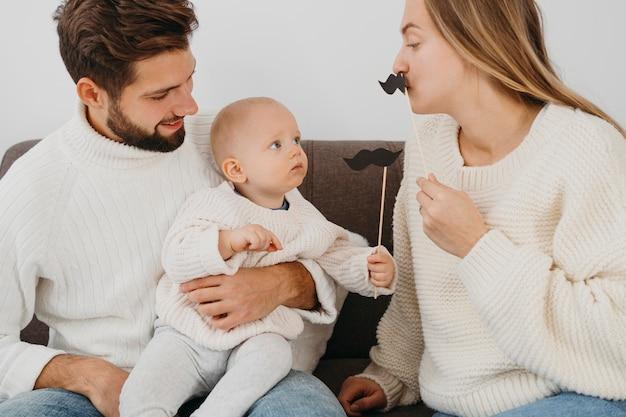 Mutter und vater spielen zu hause mit baby Premium Fotos