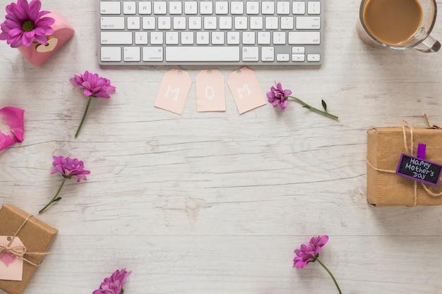 Mutteraufschrift mit purpurroten blumen und tastatur Kostenlose Fotos