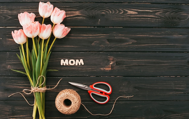 Mutteraufschrift mit tulpenblumenstrauß auf dunkler tabelle Kostenlose Fotos