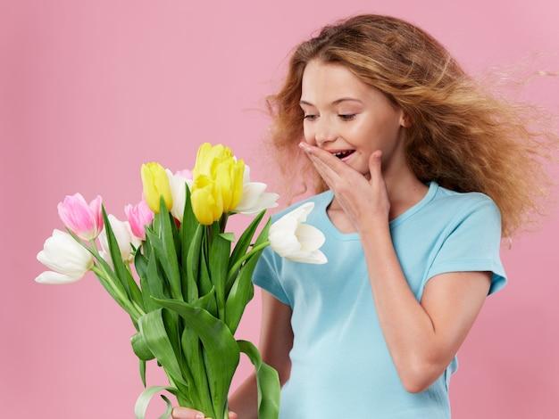 Muttertag, eine junge frau mit einem kind, das mit blumen posiert, ein geschenk für frauentag und muttertag Premium Fotos