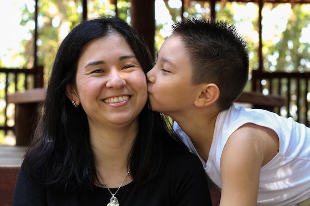 Muttertag. nettes japanisches jungen- und muttergesichtsküssen Premium Fotos