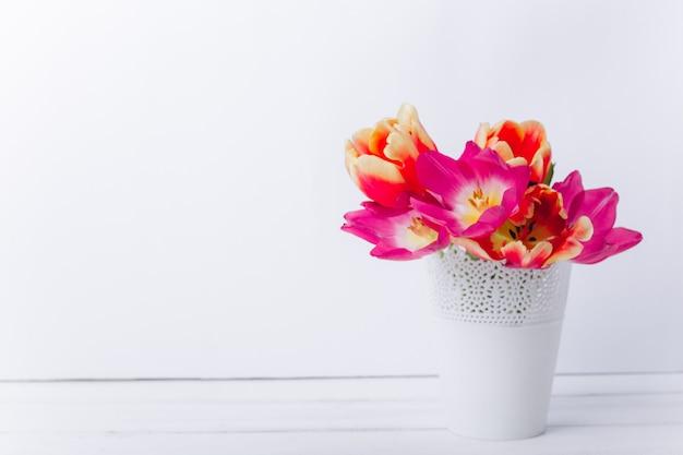 Muttertag zusammensetzung. vase mit tulpen und geschenken Premium Fotos